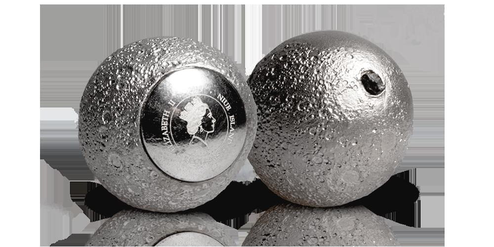 Strieborná minca v tvare Mesiaca s pravým mesačným kameňom